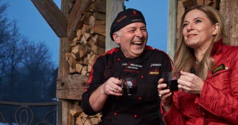 Adi Matzek mit Christa Kummer-Hofbauer lachend bei einem Glas Tee