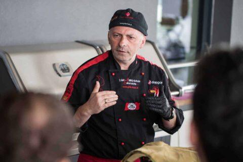 Adi Matzek bei Vortrag mit Teilnehmer