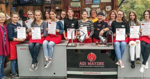 Adi Matzek Grillschule Gruppenfoto HLW Türnitz Schüler mit Urkunde