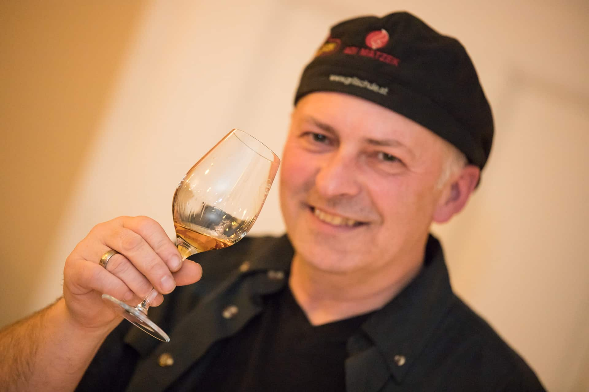 Grillschule Adi Matzek mit Glas Rum bei Rum Tasting